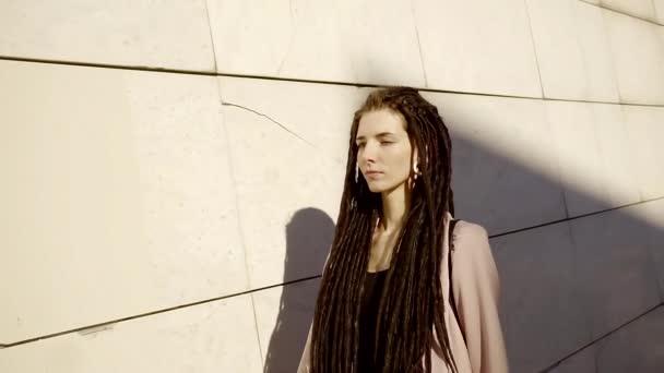 Stilvolle Junge Mädchen Mit Einer Modischen Frisur Lange Geflochtene