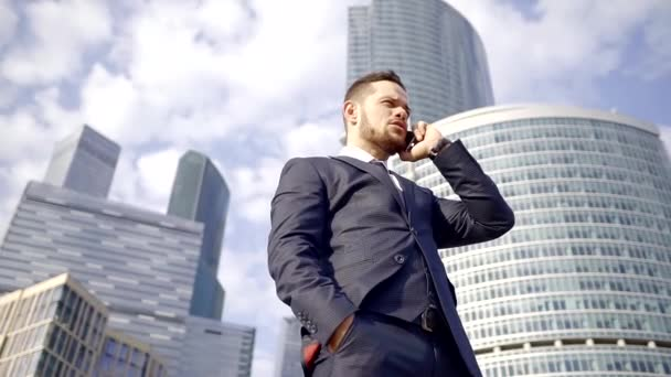 sehr erfolgreicher Geschäftsmann telefoniert mit Büro und gibt den Managern einige Ratschläge.