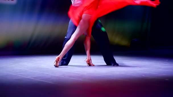 Detailní záběr záběr nohou mužů a žen, kteří tančí tanec na jevišti