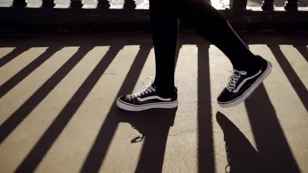 Collant Neri Una Donna Sul Da Piedi Lungo Ginnastica Colpo Che Chiuda E Scarpe In Di Cammina Dei L'asfalto qpGUVzSLM