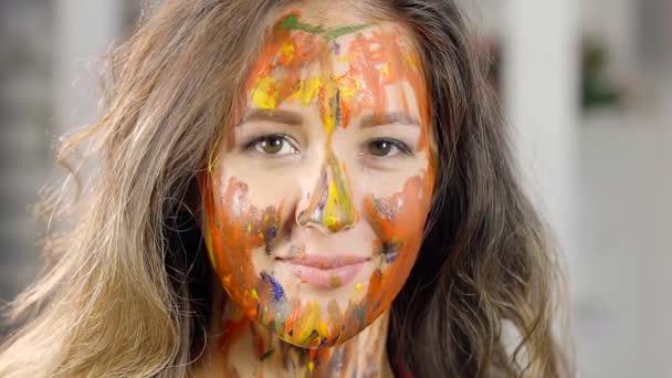 detail. portrét okouzlující dívka s krásným úsměvem. tvář v různých barvách olejové barvy