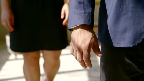 közelről. szerető kézfogás férfiak és a nők