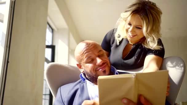 Holohlavý muž tiše číst knihu doma v obleku