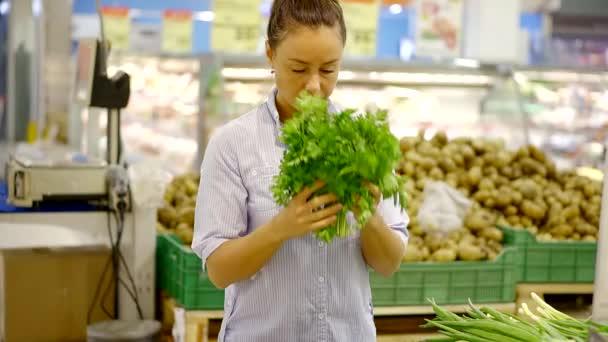 Žena v ruce spoustu čerstvé zelené bylinky v supermarketu