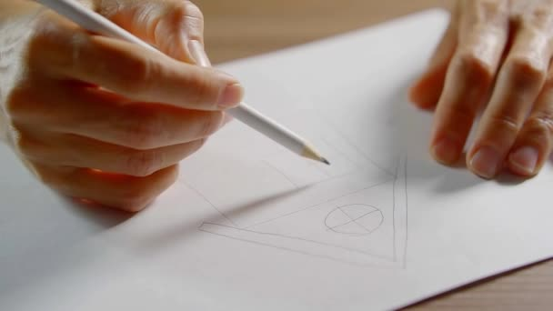 Női előadó ceruzával a fehér könyv a fából készült asztal