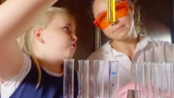 Dospělé ženy a mladé dívky ve vědecké laboratoři