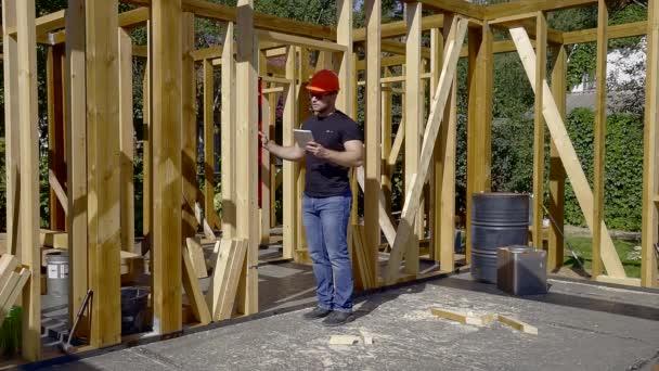 Építő mérési ajtóban szint. a ház fából készült. az adatok bevitele a tabletta számítógép