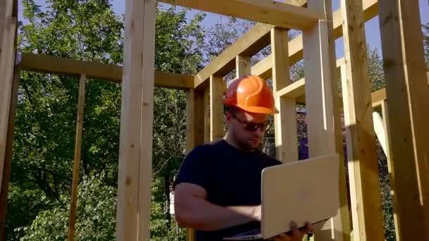 Mužské tvůrce s notebookem na staveništi.