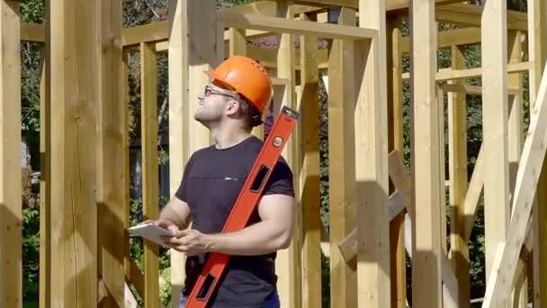 professioneller Bauarbeiter auf der Baustelle.