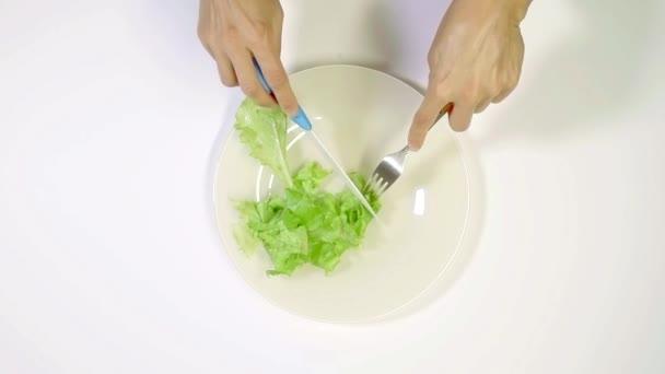 Pohled shora ženy jíst zdravé a zelené potraviny