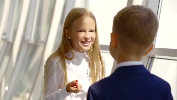 malé školy dívka je flirtování a chatování s jejím chlapcem malého přítele, zobrazte na její hezkou tvář
