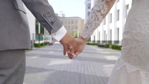 Camminare mano nella mano dopo la cerimonia gli sposi