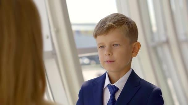 Portrét pohledný kluk v modrém obleku na sobě pěkný účes