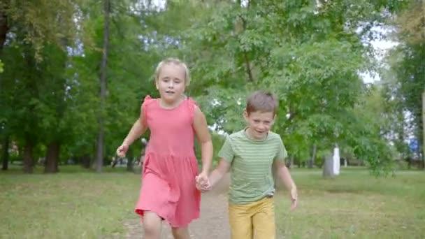 Šťastné děti hrají v parku v létě