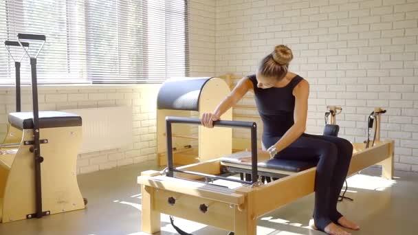 Sportovní žena pilates třída