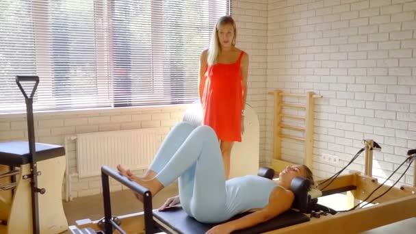 Profesionální pilates trenér trénink žena vnitřní