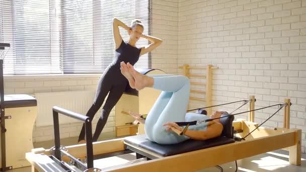 Dva trenéři pilates školení ve studiu