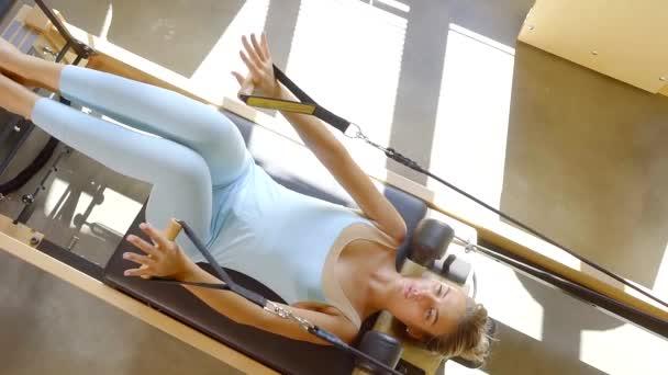 Pohled shora sportovní ženy dělat pilates vnitřní