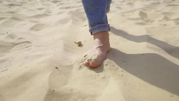 ženské bosé nohy při chůzi na písku ve slunečný den, Žena je krokování a nabírání písku pěšky!