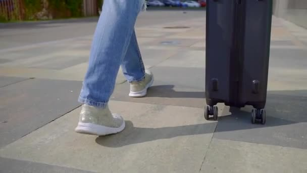 Záběr zezadu ženy plné v džínové zavazadly venku v létě