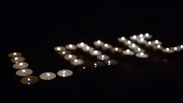 La palabra amor creado de velas en el cuarto oscuro. — Vídeos de ...