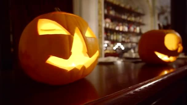 Děsivé vyřezaná dýně ve tmě. Happy halloween dýně koncept