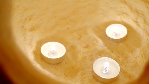 Hrozné vyřezávané dýně na Halloween. Detail svíček v rostlinných