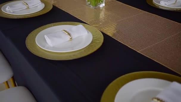 Sloužil svatební stůl, ubrousky na desky