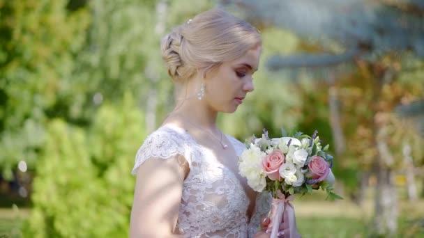 Sposo proveniente da dietro a una sposa di fuori nella natura, matrimonio allaperto, coppie nervose