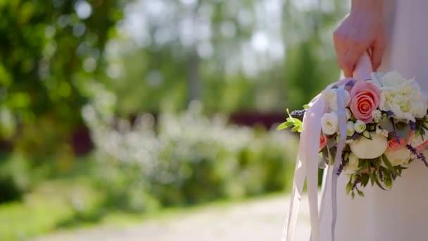 Krásné svatební kytice, Žena držící krásné květiny close-up shot