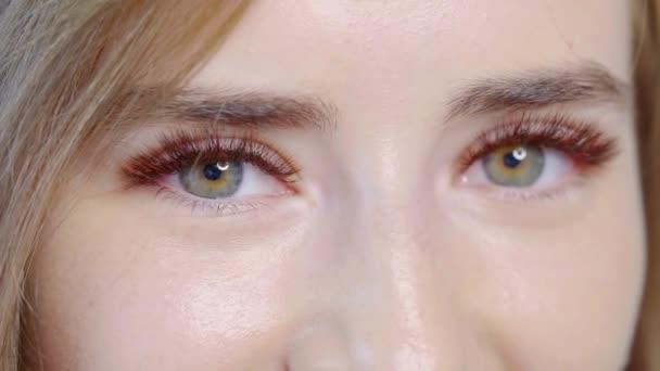 Krásný model dívka v ateliéru, detail okouzlující zelené oči a dlouhé řasy, professeional make-up.