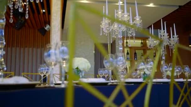 Pohled na krásné svatební stůl v luxusní restauraci.