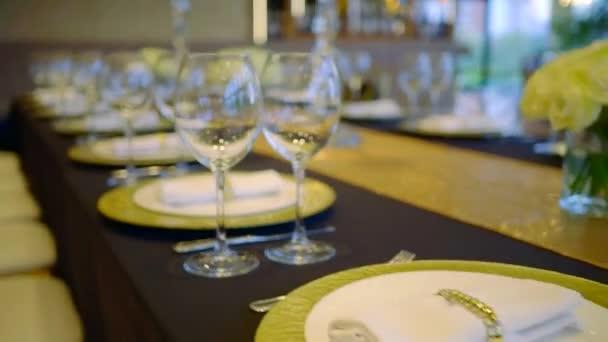 Fantazie, stravování v restauraci, prostřený stůl pro svatební hostiny