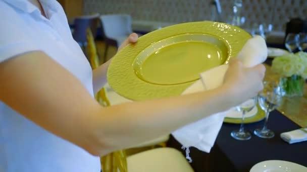 Servírka čištění desek než catering, luxusní svatební stůl