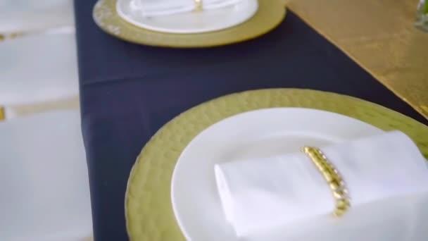 Tabulka nastavena na velké luxusní večeři v restauraci, nejlepší catering.