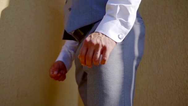 Primo piano di un uomo bello su un giorno di nozze, uomo brutale cerca di stile.