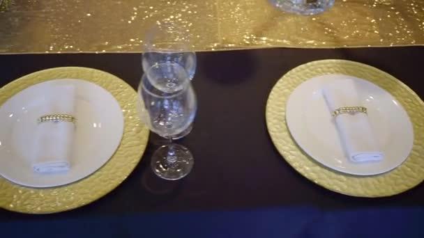 Luxusní sloužil stolu v restauraci pro hostinu, pohled shora na tmavě modrý ubrus a dekorem ve zlaté barvě