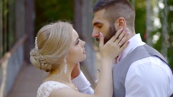 Detailní záběr sladké novomanželé na mostě v lese, perfektní svatební den
