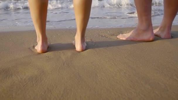Close-up shot pár stojící bosá na pláži v letní dovolená na moři.