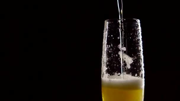 Glass Cup na černém pozadí plné pivní pěny nápoj