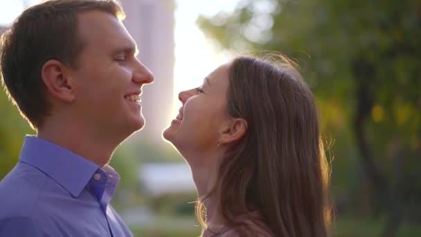 fröhliches heterosexuelles Paar blickt einander mit Liebe und Zärtlichkeit an, Nahaufnahme von Gesichtern