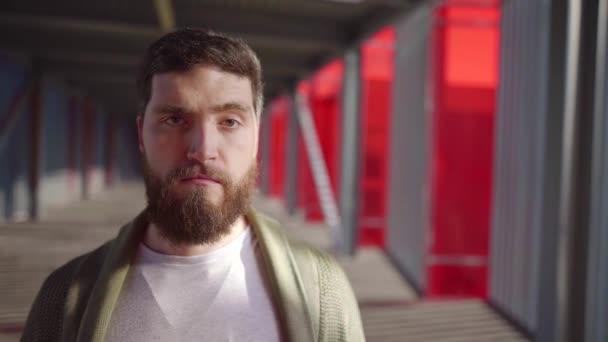 legrační vousatý muž se pohybuje obočí žertem, při pohledu na fotoaparát, komické mužský portrét