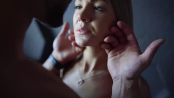 Nahaufnahme einer starken mans Hand streicheln sexy Womans Gesicht, sinnliche Lippen, gewünschte Frau