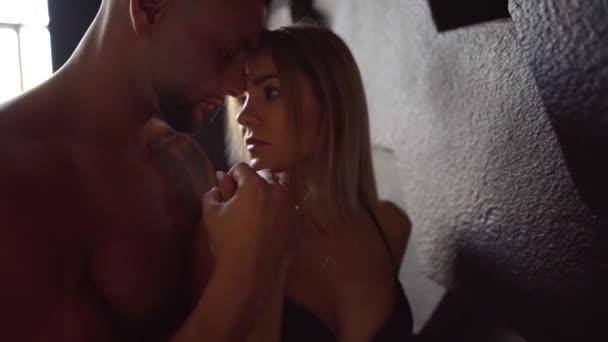 Nahaufnahme eines nackten Mannes und einer nackten Frau, sexy Mädchen streichelt seinen muskulösen Körper, Vorspiel zu Hause.