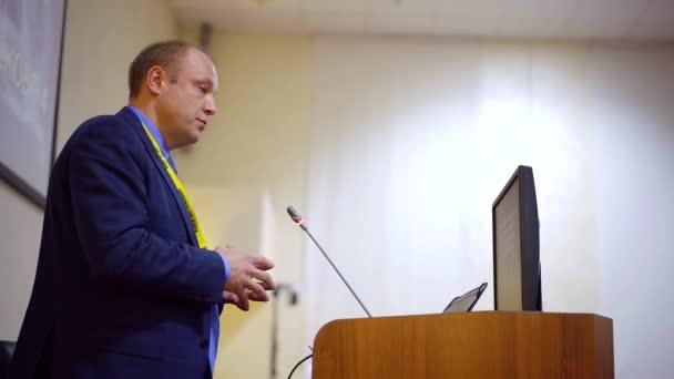 Professional eine Rede auf einer Wissenschaftskonferenz.