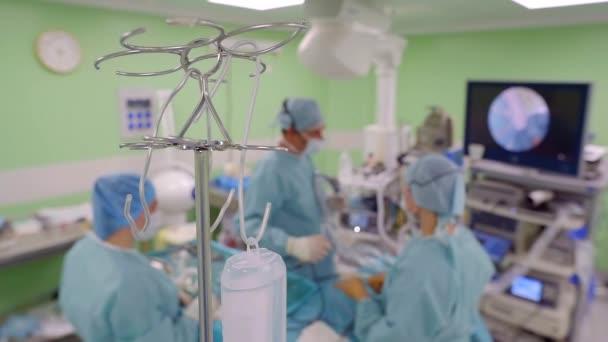 Kamera bewegt sich während der Arbeit der Ärzte mit Tropf und Narkose im Operationssaal