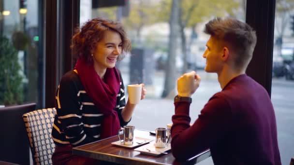 dívka a muž se odpočinku v kavárně města s kávou, pili a povídali, flirtování bruneta žena