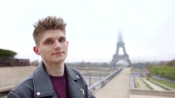 Portrét detail usměvavý mladý muž nosí stylové kožené sako venkovní na podzim v Paříži.