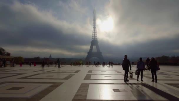 Náměstí v Paříži s překrásným výhledem na Eiffelovu věž, mlžný den.
