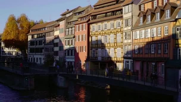 erstaunliche malerische Aussicht auf Fachwerkhäuser mit bunten Fassaden in der Nähe von kleinen Fluss